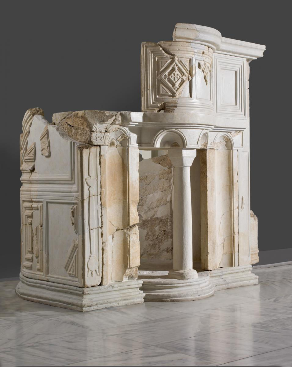 Fan-shaped pulpit